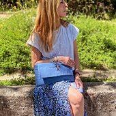 𝖧𝖺𝗒 𝗅𝗎𝗓 𝖺𝗅 𝖿𝗂𝗇𝖺𝗅 𝖽𝖾𝗅 𝗍ú𝗇𝖾𝗅 💙  .  Falda y camiseta de la Nueva Colección @scalperscompany  .  #pulseramonedalulibyluli  #bolsojoyabyluli @luli_and_us  www.luliandus.com